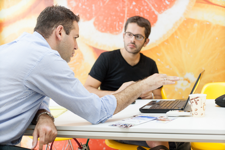 Mickael, an entrepreneur from France, receives advice from an Israeli mentor at TheHive by Gvahim Tel Aviv.