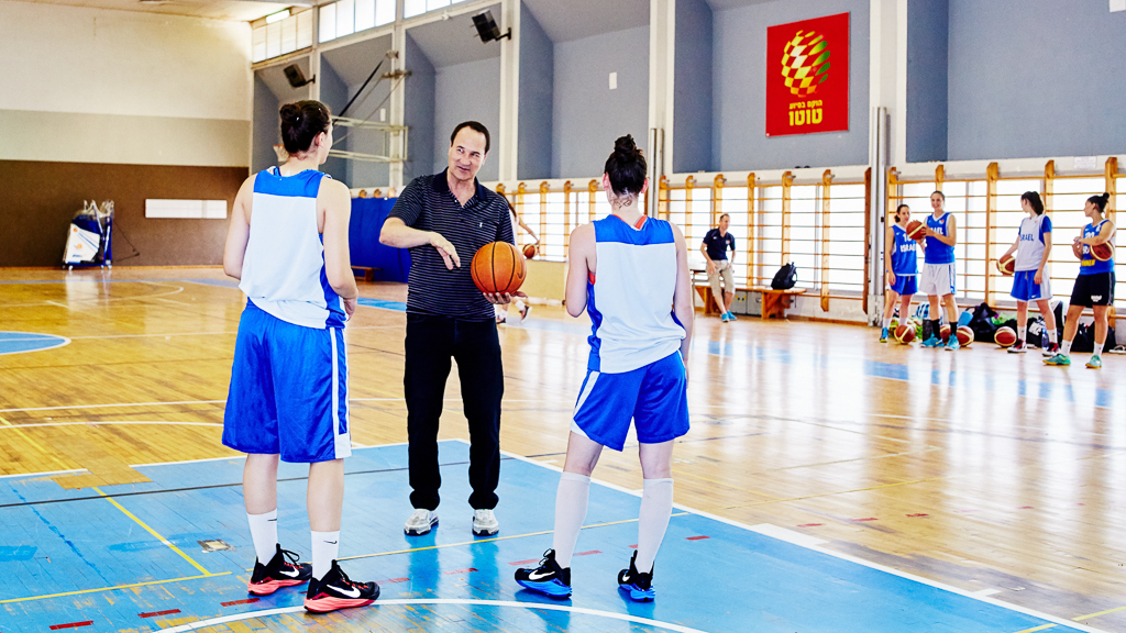 Tal Brody discusses technical matters on the court with basketball trainees at the Wingate institute, a few days after receiving the Bonei Zion Prize for Lifetime Achievement, 2015. Aliyah from the USA, 1970.