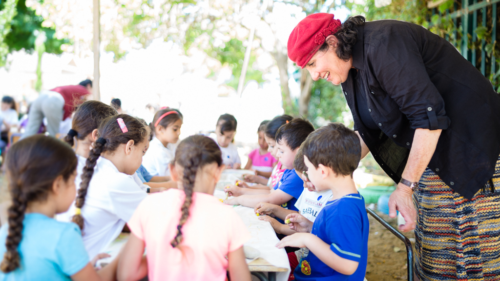 Chana Reifman Zweiter, founder of Kaleidoscope, gets Israeli children from all parts of society to meet and play together. Here, she is overseeing an activity bringing together Jewish and Arab kids from two kindergartens in Akko. Aliyah from the USA, 1991. Bonei Zion Prize for Education, 2015.